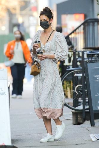 Фото №1 - Очаровательный принт, ленты, рукава-буфы и вырез в форме кристалла— все это на платье Кэти Холмс