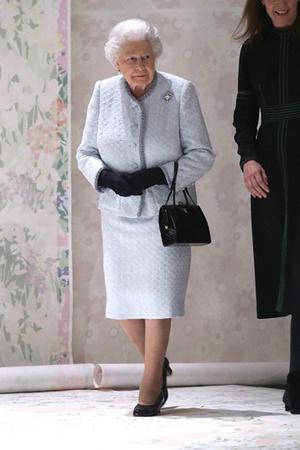 Фото №6 - Елизавета II доказала, что является главной иконой стиля Британии