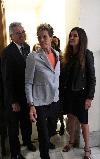 Главная обвинительница Косби, Андреа Констанд (в центре)