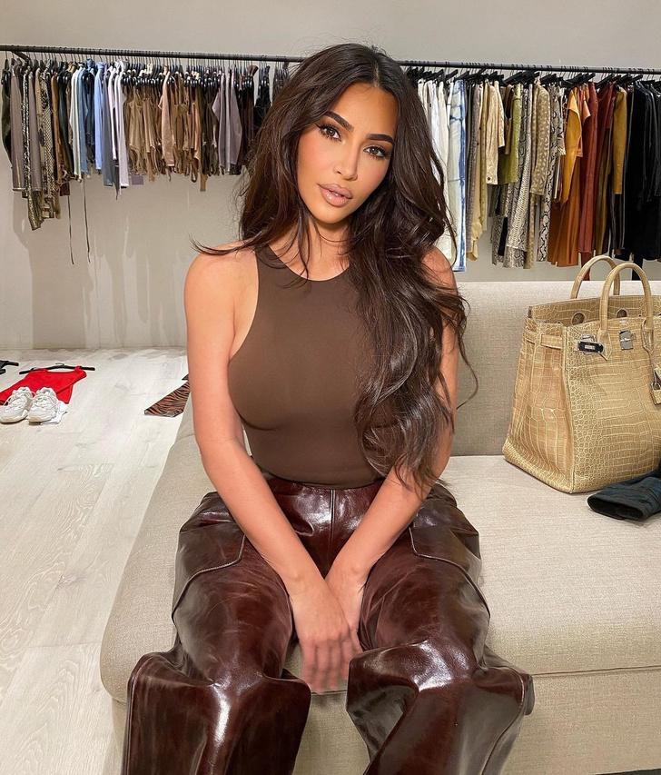 Фото №3 - Брюки из кожи + облегающее боди: эффектный образ Ким Кардашьян в шоколадной палитре