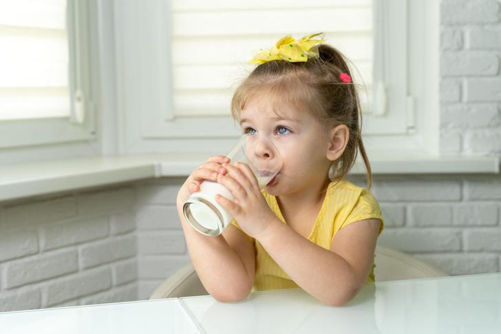 опасно ли давать ребенку коровье молоко