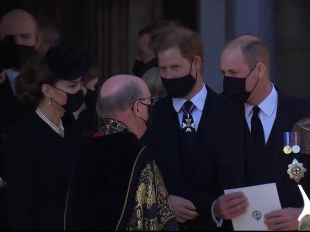 Фото №3 - Напряжение и прощение: о чем говорит язык тела Гарри и Уильяма на похоронах принца Филиппа