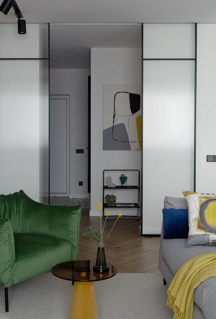 Фото №2 - Охра и олива: современная квартира для дружной семьи в Минске