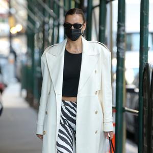 Фото №1 - Смело и очень стильно: Ирина Шейк показывает, какие брюки будут нужны вам этим летом
