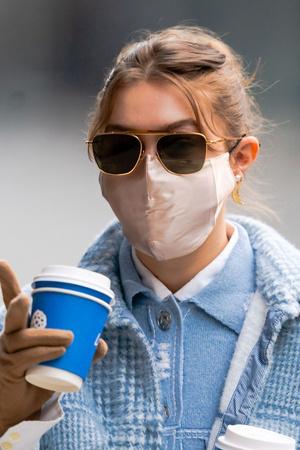 Фото №6 - Стильно носим маску и очки: 4 крутых образа от Джиджи Хадид