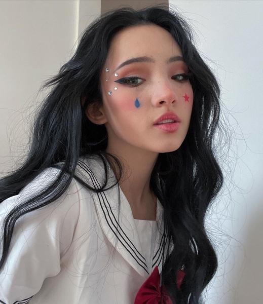Фото №2 - Как сделать модный макияж в стиле аниме: учимся у Карины Карамбейби