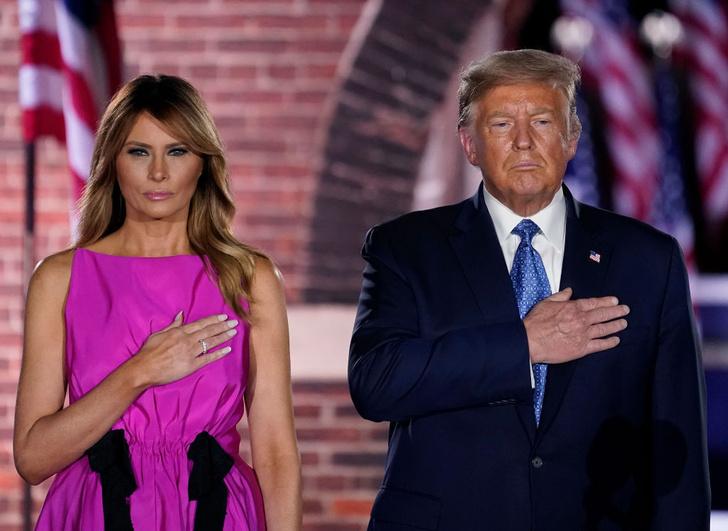 Фото №1 - Карточный домик: Мелания Трамп собирается издать мемуары о жизни в качестве первой леди