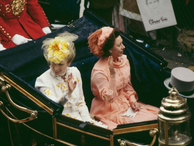 Фото №2 - Самые необычные и странные свадебные шляпки королевской семьи