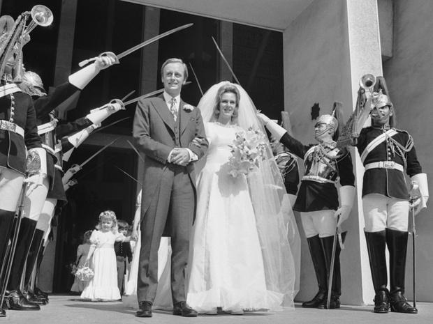 Фото №2 - Скрытые мотивы: для чего Королева посетила первую свадьбу Камиллы