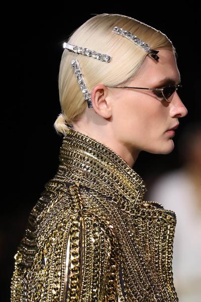 Фото №2 - Крупные заколки снова в моде— показывает Джиджи Хадид
