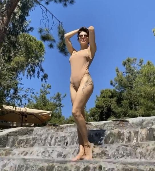 Фото №1 - Климову критикуют за бежевый купальник, но не потому, что он «голый»