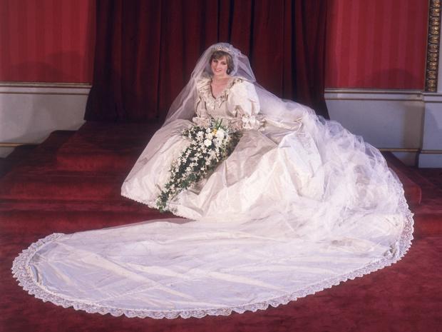 Фото №3 - Невеста на миллион: 7 самых дорогих свадебных платьев королевских особ