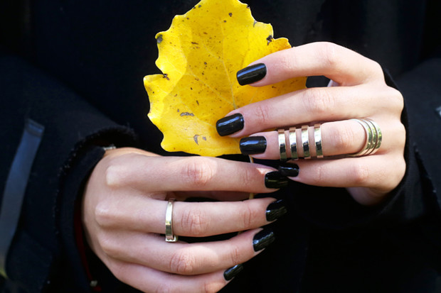 Фото №1 - Черный, желтый и еще 8 цветов, в которые не стоит красить ногти