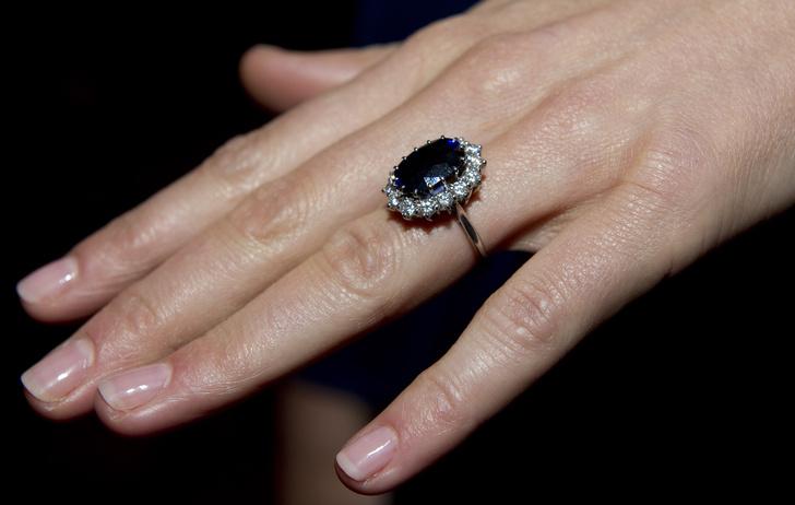 Фото №4 - Ювелирная загадка: почему помолвочные кольца Кейт и Евгении так сильно похожи