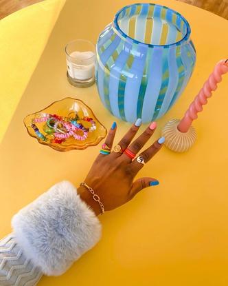 Фото №10 - Самый летний тренд: как носить пластиковые кольца, как у Беллы Хадид и Дуа Липы