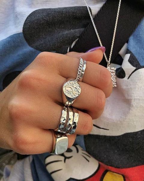 Фото №2 - Фэшн-тренд из TikTok: как носить много колец на одной руке и не выглядеть стремно