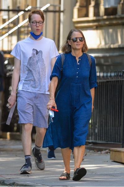 Фото №2 - 58-летняя Джоди Фостер без макияжа и в простой одежде выглядит вдвое моложе