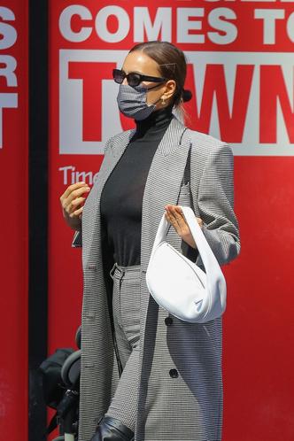 Фото №5 - По улицам Нью-Йорка как по подиуму: Ирина Шейк на прогулке с дочкой