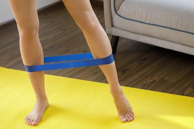 Фото №3 - 5 упражнений с эластичной лентой для стройности
