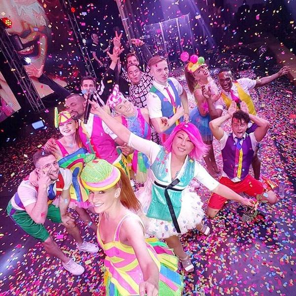 Селфи Аниты Цой и танцоров во время шоу в Красноярске