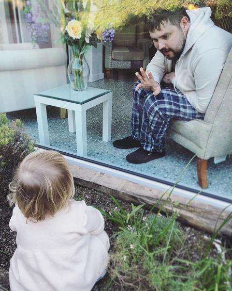 Фото №5 - До слез: 2-летняя девочка прощается с умирающим отцом через окно хосписа