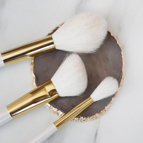 Фото №2 - Кистями, спонжем или пальцами: чем лучше делать макияж