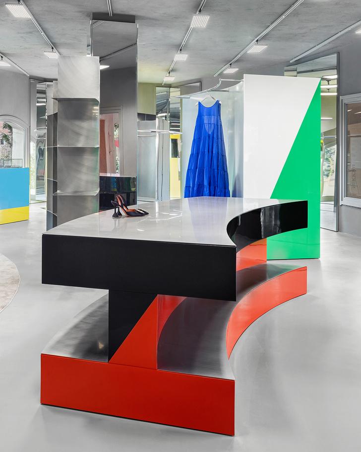 Фото №5 - «Металлический» бутик с яркими цветными деталями на Сардинии