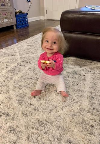 Фото №4 - 2-летняя девочка с редкой болезнью весит 3 кг и носит одежду для новорожденных