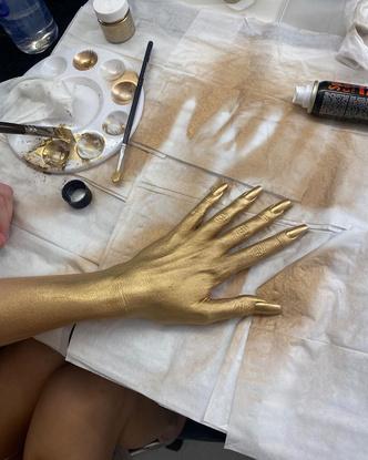 Фото №2 - Как носить золото на ногтях и глазах: показывает Урсула Корберо из «Бумажного дома»