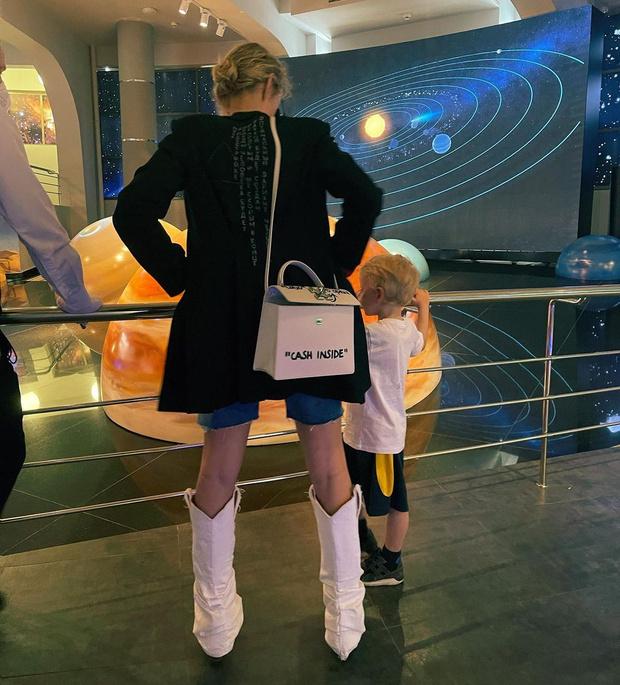 Фото №1 - Наряд Собчак на прогулке с сыном вызвал споры в сети