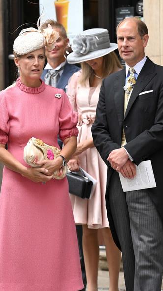 Фото №4 - Английская роза: любимая невестка Королевы впервые за долгое время вышла в свет (и ее наряд покорил всех) 