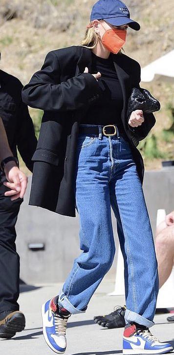 Фото №2 - Как носить черный оверсайз жакет: показывает Хейли Бибер