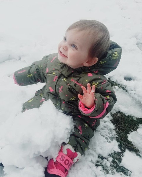 Фото №1 - «Мама, что это?» 40 фото малышей, которые впервые видят снег