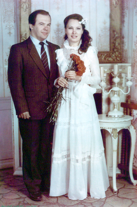 Фото №2 - Платья из «Бурды», пышная фата, 3 гвоздики в руках: как выходили замуж наши мамы