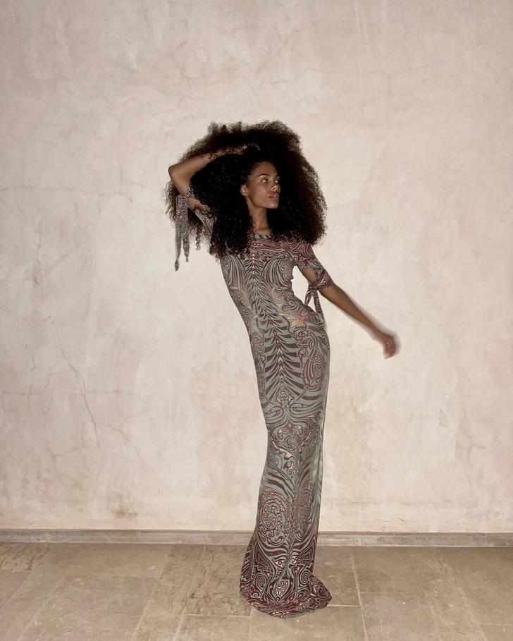 Фото №2 - Пленительная красота: Тина Кунаки в прозрачном платье Jean Paul Gaultier