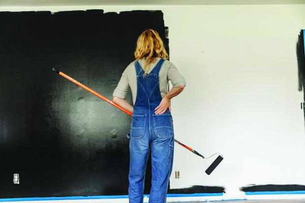 Фото №1 - Стены, кухня, даже унитаз: 12 фото абсолютно черной квартиры