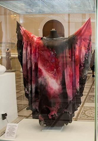 Фото №2 - Что висит в шкафу у звезд шоу-бизнеса: 15 необычных нарядов