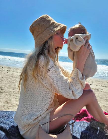 Фото №4 - Сама нежность: Эльза Хоск на пляже вместе с новорожденной дочерью