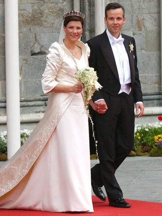 Фото №4 - Платья-близнецы: 15 слишком похожих свадебных нарядов королевских особ