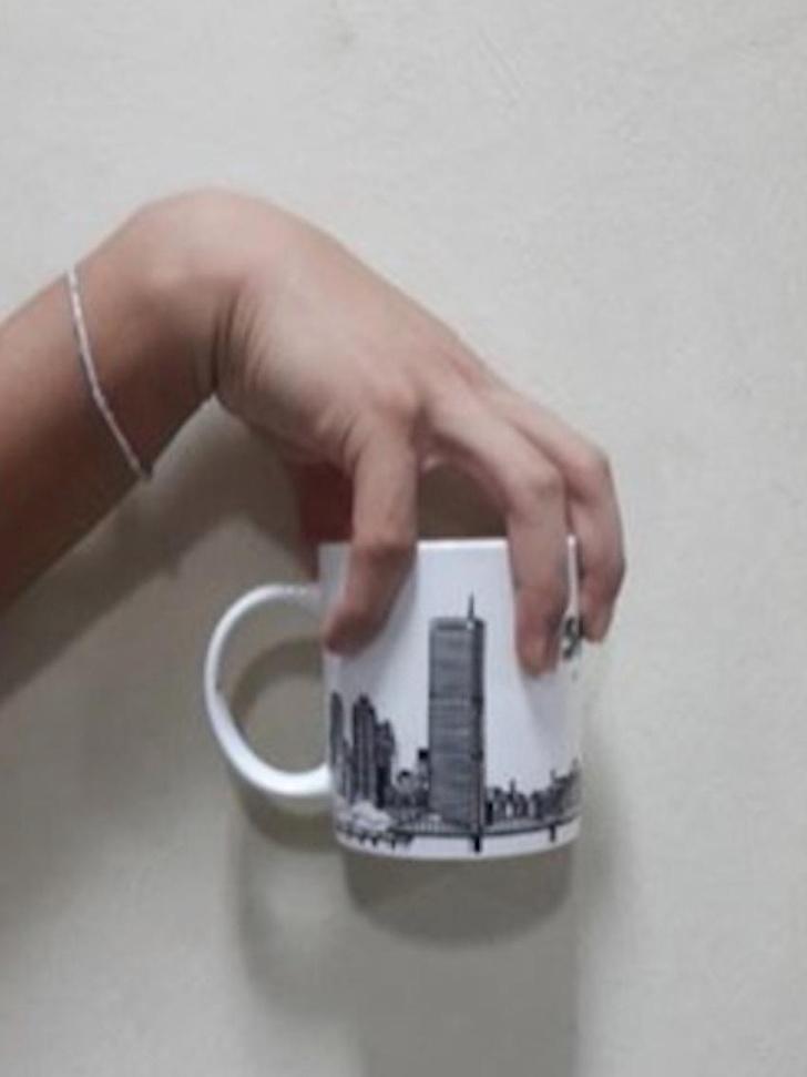 Держи кружку так, как показано на фото, и твой кофе всегда будет с тобой, советует ученый.
