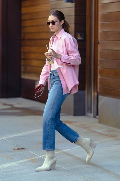 Фото №1 - Супермодель Джиджи Хадид гуляет в идеальных джинсах для мам за 2500 рублей