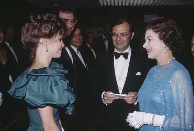 Фото №12 - Как звезды одевались на встречи с Королевой: от гламура Мэрилин Монро до латекса Леди Гаги