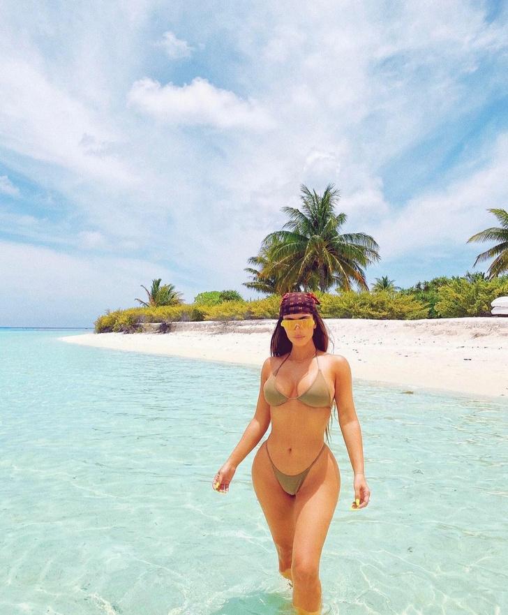 Фото №4 - Тонкая талия и округлые бедра: откровенная фотосессия  Ким Кардашьян на острове