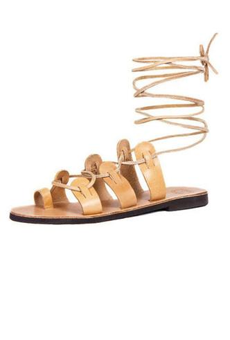 Фото №3 - От босоножек с декором до сандалий-гладиаторов: 10 антитрендов летней обуви