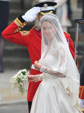 Фото №12 - От Елизаветы до Летиции: секретные детали свадебных платьев принцесс и герцогинь