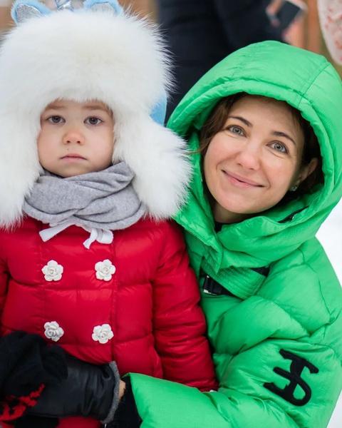 Фото №2 - Две подружки: Екатерина Климова повеселилась с 6-летней дочерью на площадке