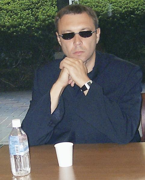 Виктор Пелевин старается не появляться на публике и часто прячет глаза за темными линзами очков.