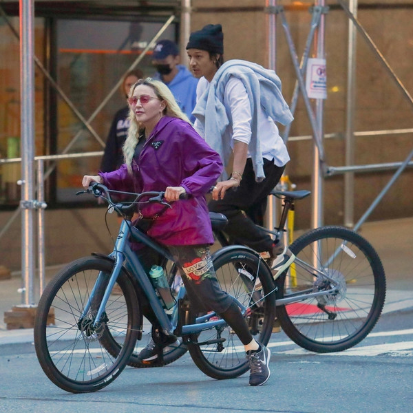 Фото №6 - «Бабушка с внучком»: 62-летнюю Мадонну с 27-летним бойфрендом засняли на прогулке