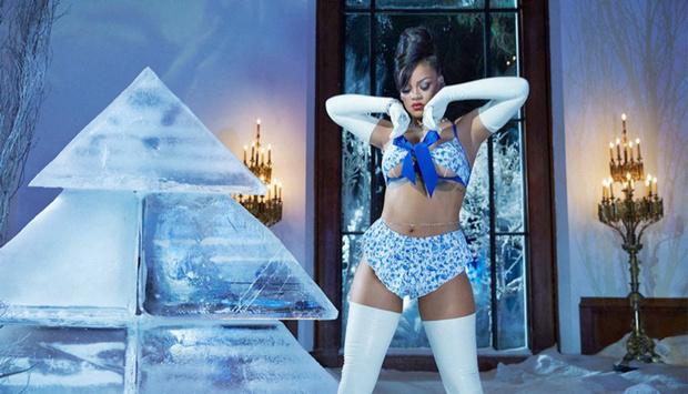 Фото №4 - Очень горячая Снегурочка! Рианна представила новогоднюю коллекцию белья Savage x Fenty
