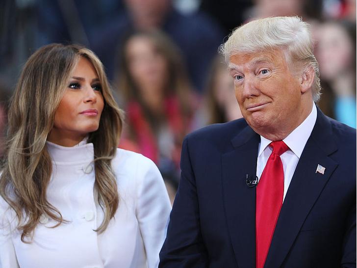 Фото №1 - Финальный аккорд: как выглядит последний рождественский портрет Мелании и Дональда Трампов